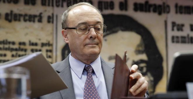 El gobernador de Banco de España, Luis María Linde, en una comparecencia en la Comisión de Presupuestos del Senado. EFE/Juan Carlos Hidalgo