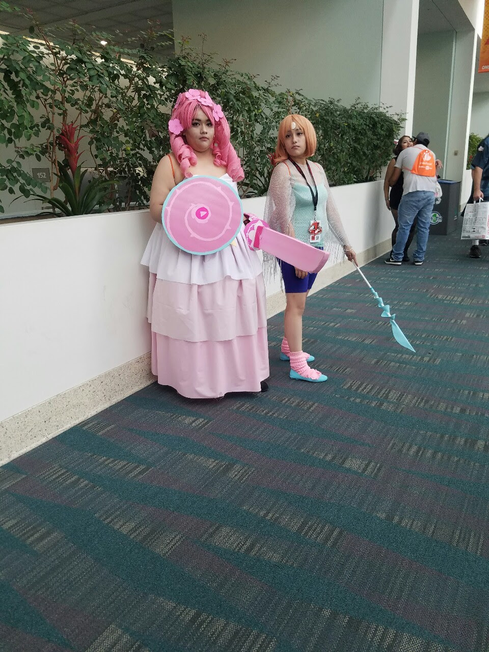 Omg beautiful Rose and Pearl! [If you are a cosplayer in this picture I took, please tell me so I may put your name for credit! :3 ]