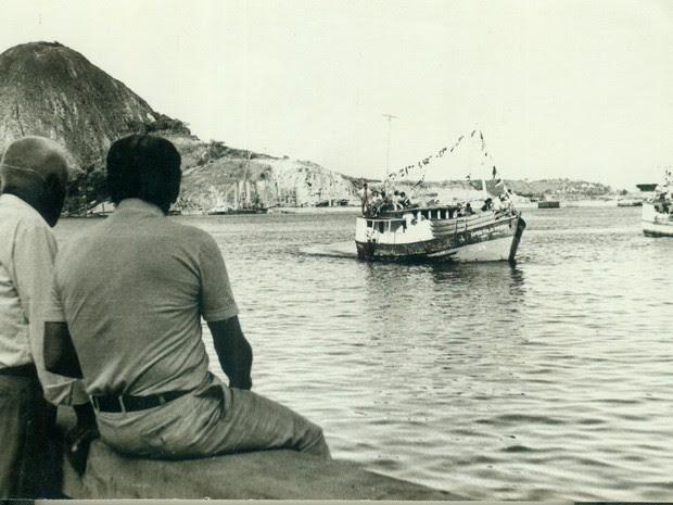 Pescadores admiram procissão marítima em Vitória (Foto: CEDOCMI/ A Gazeta)