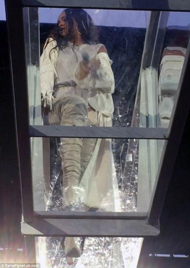 Confiante: Apenas momentos antes de ela se tornou visivelmente emocionado em seu show Dublin na terça-feira à noite, Rihanna parecia estar em seu habitual atrevida e humor picante quando ela cavorted através de uma passarela de vidro suspensa
