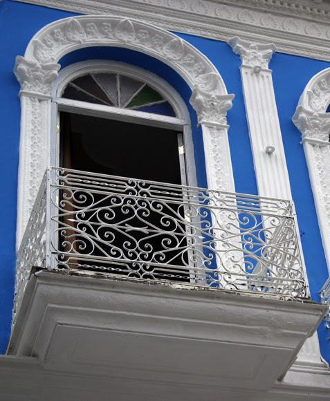 Fachada con balcón, arco y vitral. Serie Una ciudad testigo del tiempo. Foto. Daylén Vega/Cubadebate