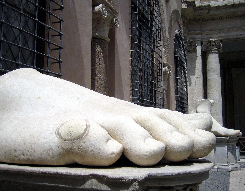 http://upload.wikimedia.org/wikipedia/commons/8/85/Musei_Capitolini-statua_di_Costantino-piede-antmoose.jpg