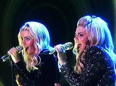 American Idol Backup Singers- Twins?