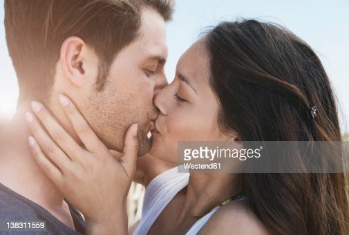 Spain, Majorca, Young couple kissing on boardwalk, close up : Foto de stock