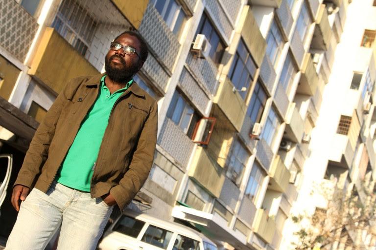 Jeremias Filipe Vunjanhe, oficial de advocacia e comunicação da UNAC – União Nacional de Camponeses, caminha pelas ruas de Maputo. Foto: Alexandre Campbell