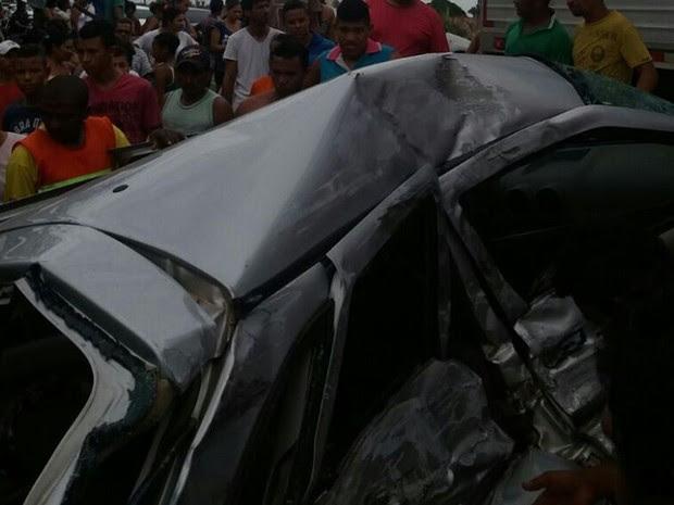 Veículo de passeio ficou completamente destruído após acidente na BR-316 (Foto: Alexsandro Sousa)