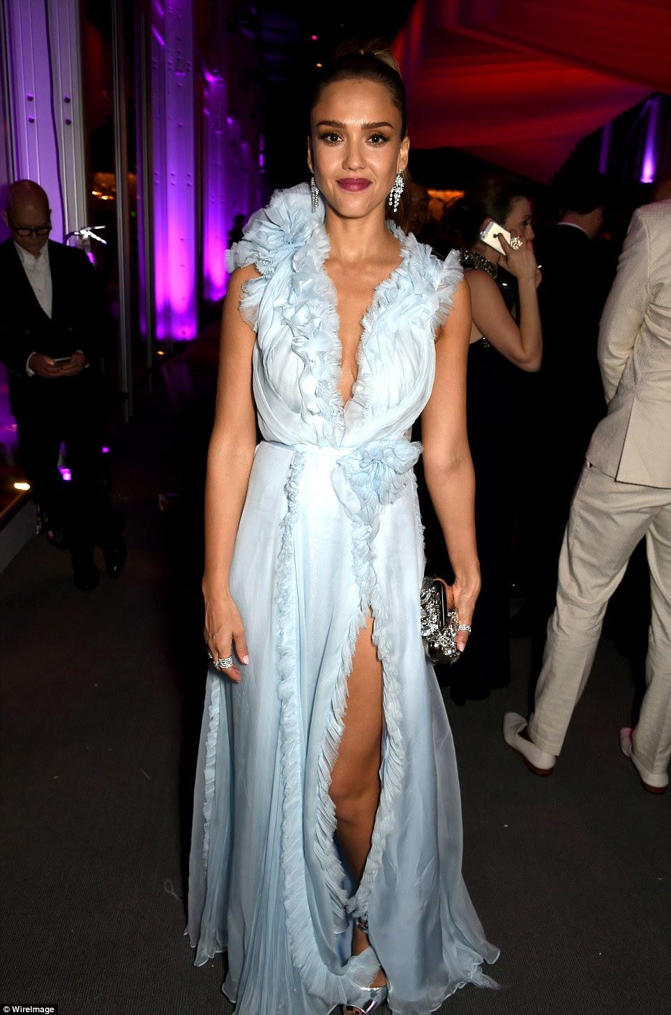 Oh wow: Ir para um olhar nervoso foi Jessica Alba, que foi para arranhões exigentes em um vestido azul cornflower com um decote mergulhando e divisão perigosa ao longo do comprimento da perna