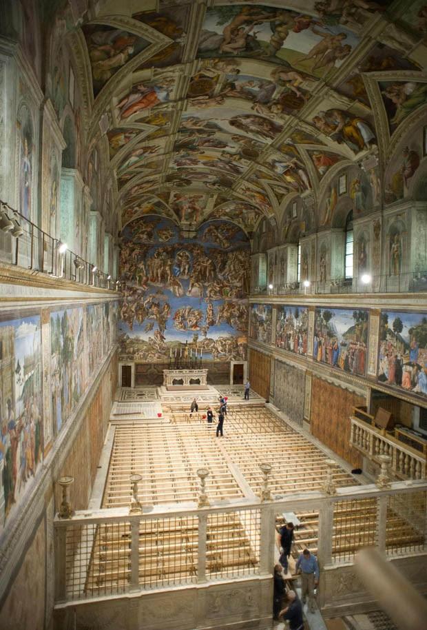 Funcionários elevam o piso da Capela Sistina (Foto: Osservatore Romano/Reuters)