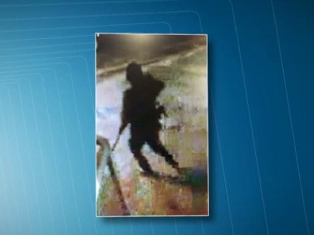 Imagem de câmera de segurança mostra ação de encapuzado (Foto: Reprodução/ TV Globo)