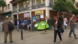 Gent acampada davant del Banc Expropiat