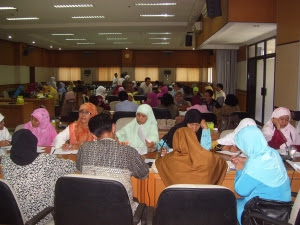 Para Guru Sedang Berlatih Membuat Proposal PTK
