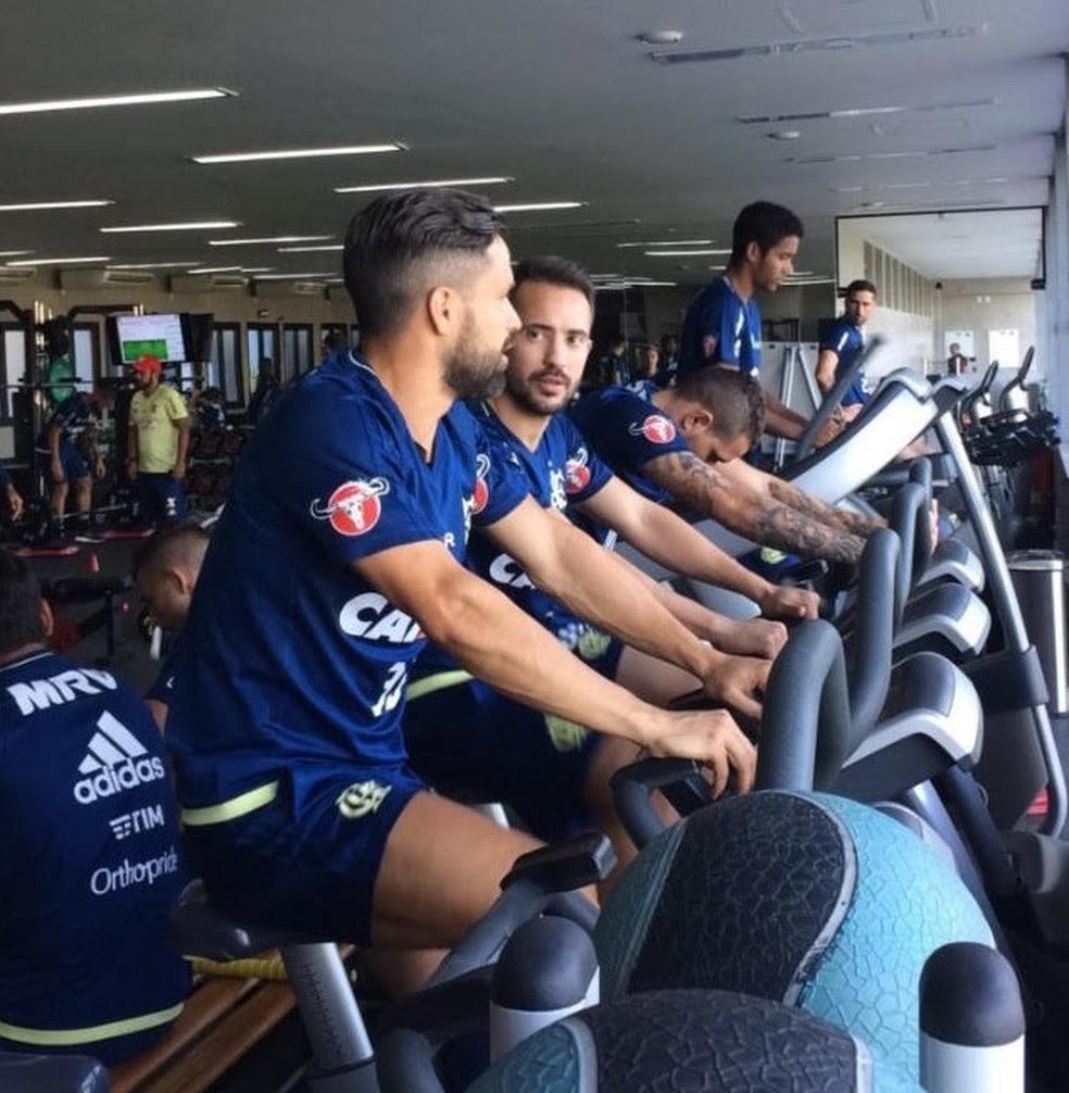 Éverton Ribeiro faz trabalho físico ao lado de Diego (Foto: Divulgação/Flamengo)