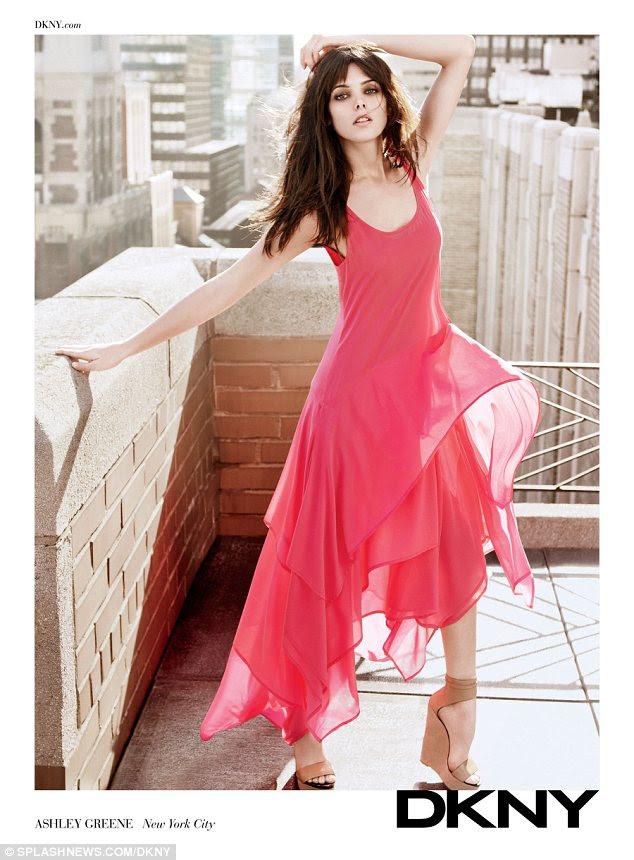 Floaty: Ashley Greene parece suave e feminina na mais recente campanha de DKNY