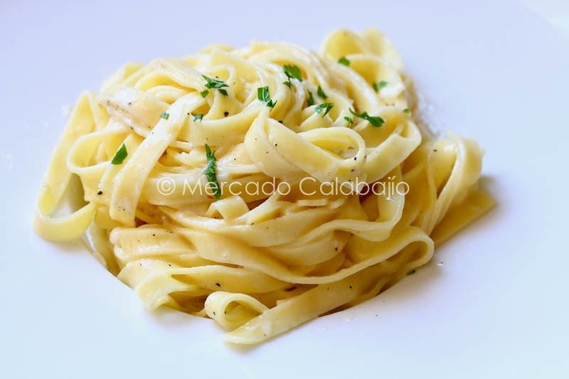 Fettuccine alfredo la sencillez como parte del xito de un plato receta original mercado - Platos de pasta sencillos ...