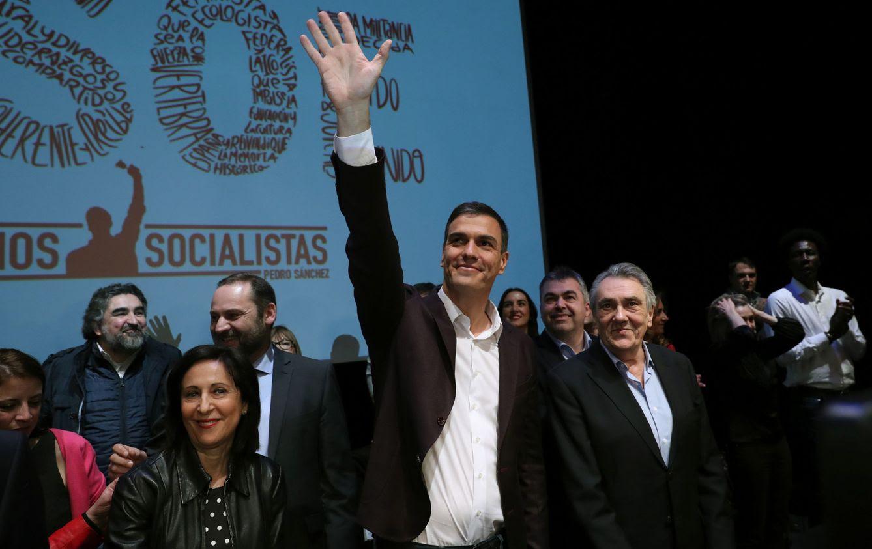 Foto: Pedro Sánchez, flanqueado por Manuel Escudero y Margarita Robles, este lunes en el Círculo de Bellas Artes de Madrid. (EFE)