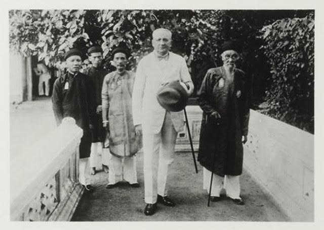 Hue 1934-36 - Le gouverneur général Robin en tenue civile accompagné de mandarins