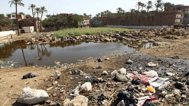 Múmias foram encontradas em um córrego poluído no Egito (Foto: AFP)
