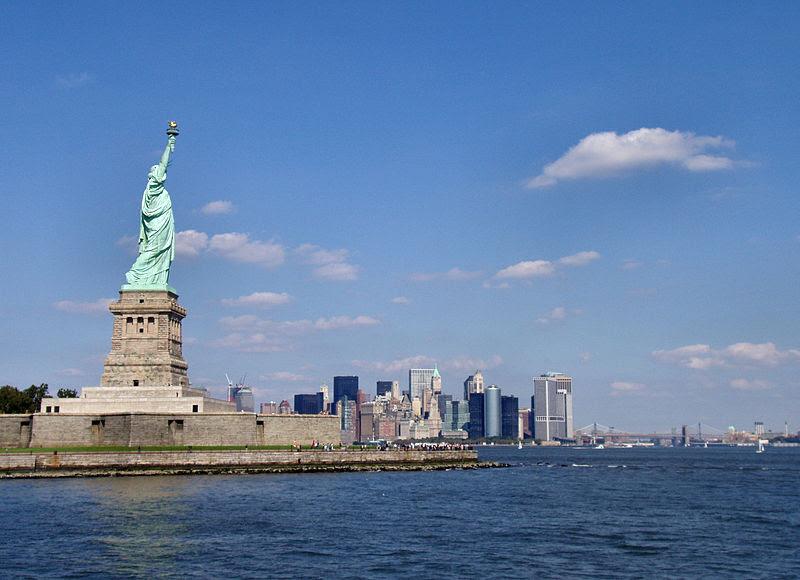 Dosya:Liberty-statue-with-manhattan.jpg