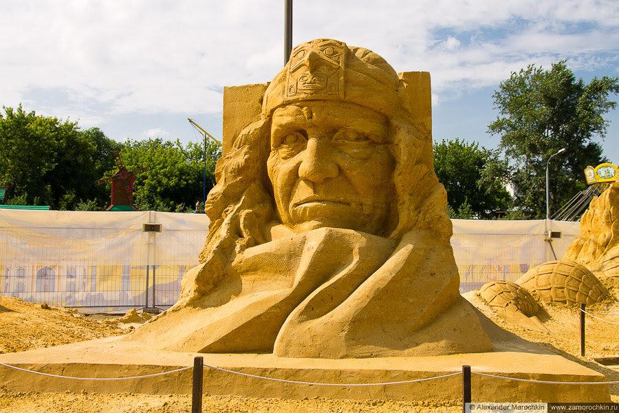 """Скульптура из песка """"Между миром животных и людей"""" в Коломенском"""