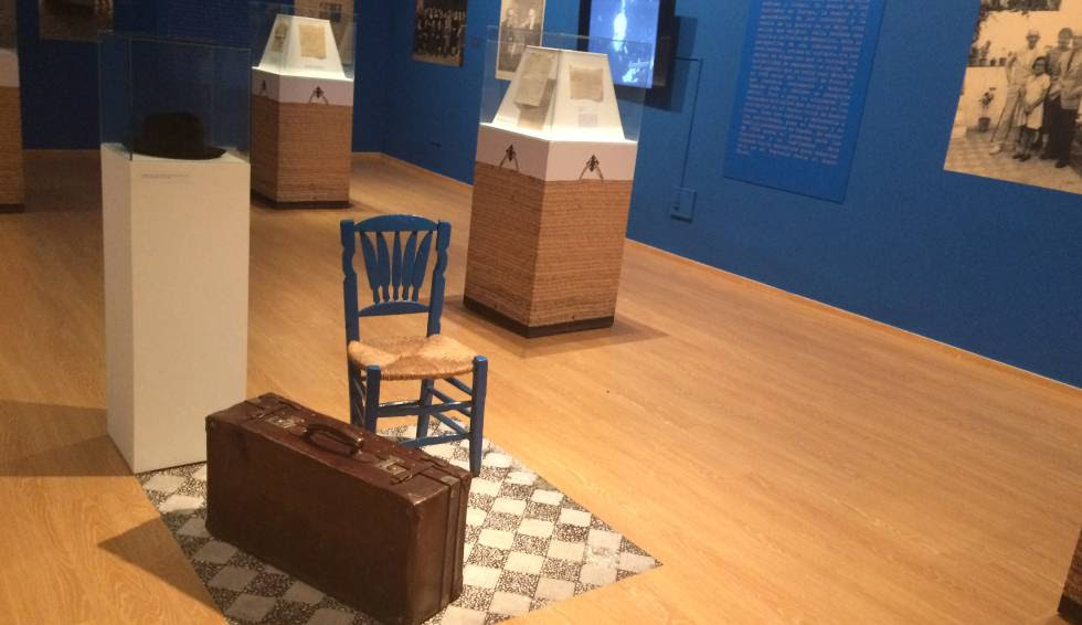 Silla, maleta y sombrero de Manuel de Falla, en la exposición inaugurada en Granada.