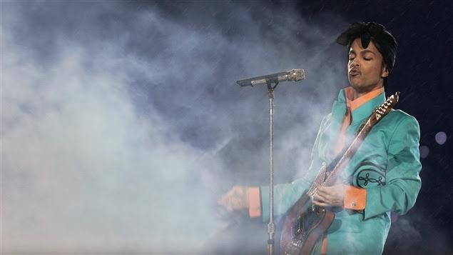 Prince lors du spectacle de la mi-temps du Super Bowl, en 2007