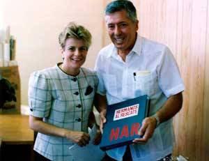 Como agradecimiento por la gestión de los aviones, Basulto le entrega a la congresista Ileana Ros un álbum con las fechorías de Hermanos al Rescate. Foto: Archivo.