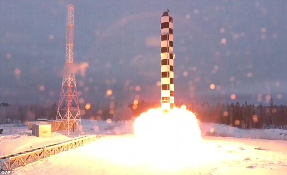 Lancement: le président Poutine a également montré à la foule des séquences vidéo d'un test du nouveau missile Sarmat, réalisé l'année dernière