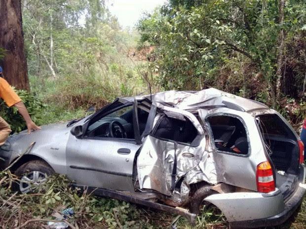 Carro sai de pista, bate em eucalipto e duas mulheres morrem em Campanha (Foto: Lucas Magalhães / EPTV)