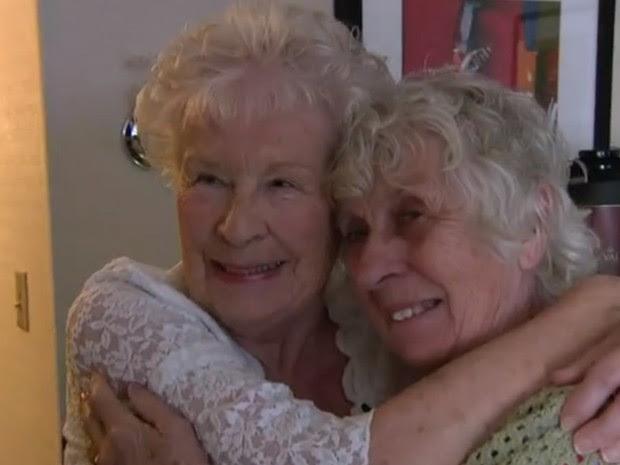 As britânicas Ann Hunt e Elizabeth Hamel se reencontraram nesta quinta-feira (1º), após 78 anos separadas (Foto: Reprodução/BBC)