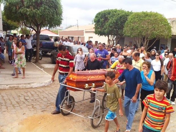 Familiares e amigos acompanharam o enterro da advogada Vanessa Ricarda (Foto: Anderson Barbosa/G1)