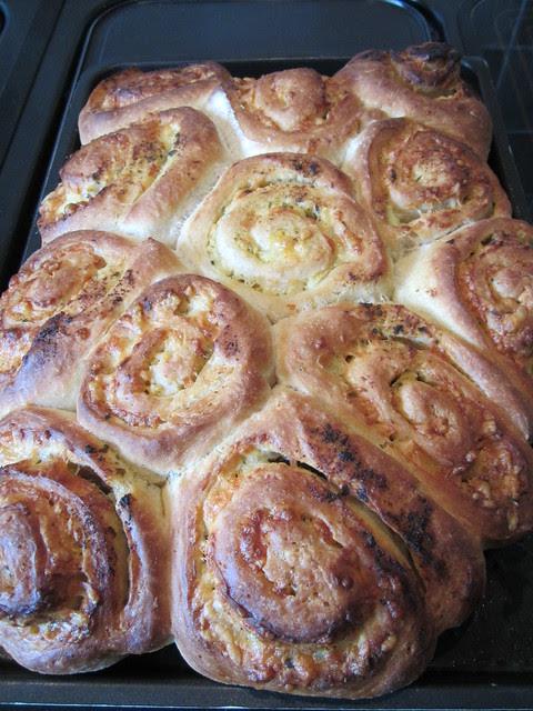 delicious cheesy garlic bread (1)