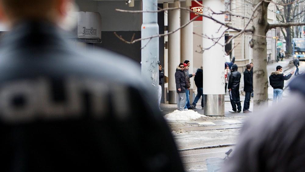 Politiet observerer mulige gjengmedlemmer samlet utenfor Oslo tinghus