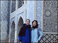 Peter Lu con su prima  Christina Tam en Bujara, Uzbekistán