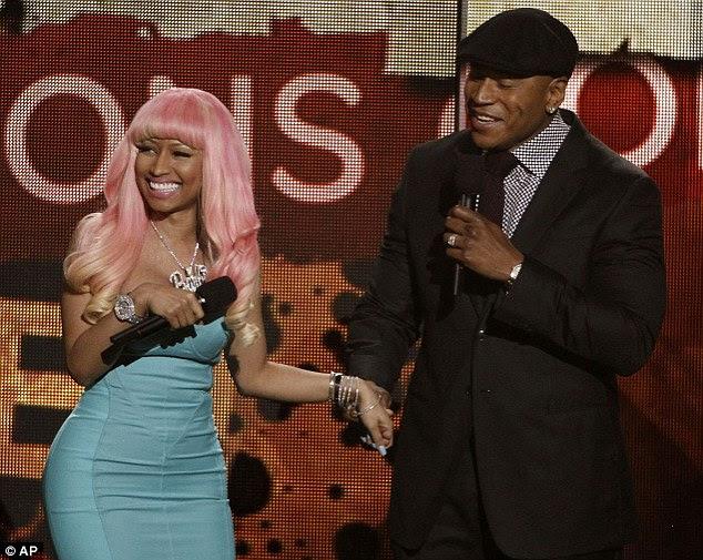 Fã número 1: Minaj ficou encantado como ela foi acompanhado no palco por LL Cool J