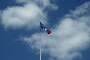 de: Die französische Flagge weht über dem Frie...