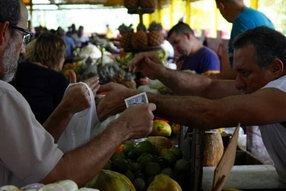 Los clientes poseen cierta indignación con el precio de los productos. Foto: José Raúl Concepción/Cubadebate.