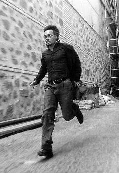 """Johnny Depp es """"el hombre que corre""""... aunque poco puede hacer para escapar de él cuando el Diablo presente un aspecto tan apetecible como el de Emmanuelle Seigner."""