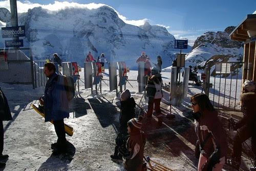 一堆人在山腰下車 去滑雪
