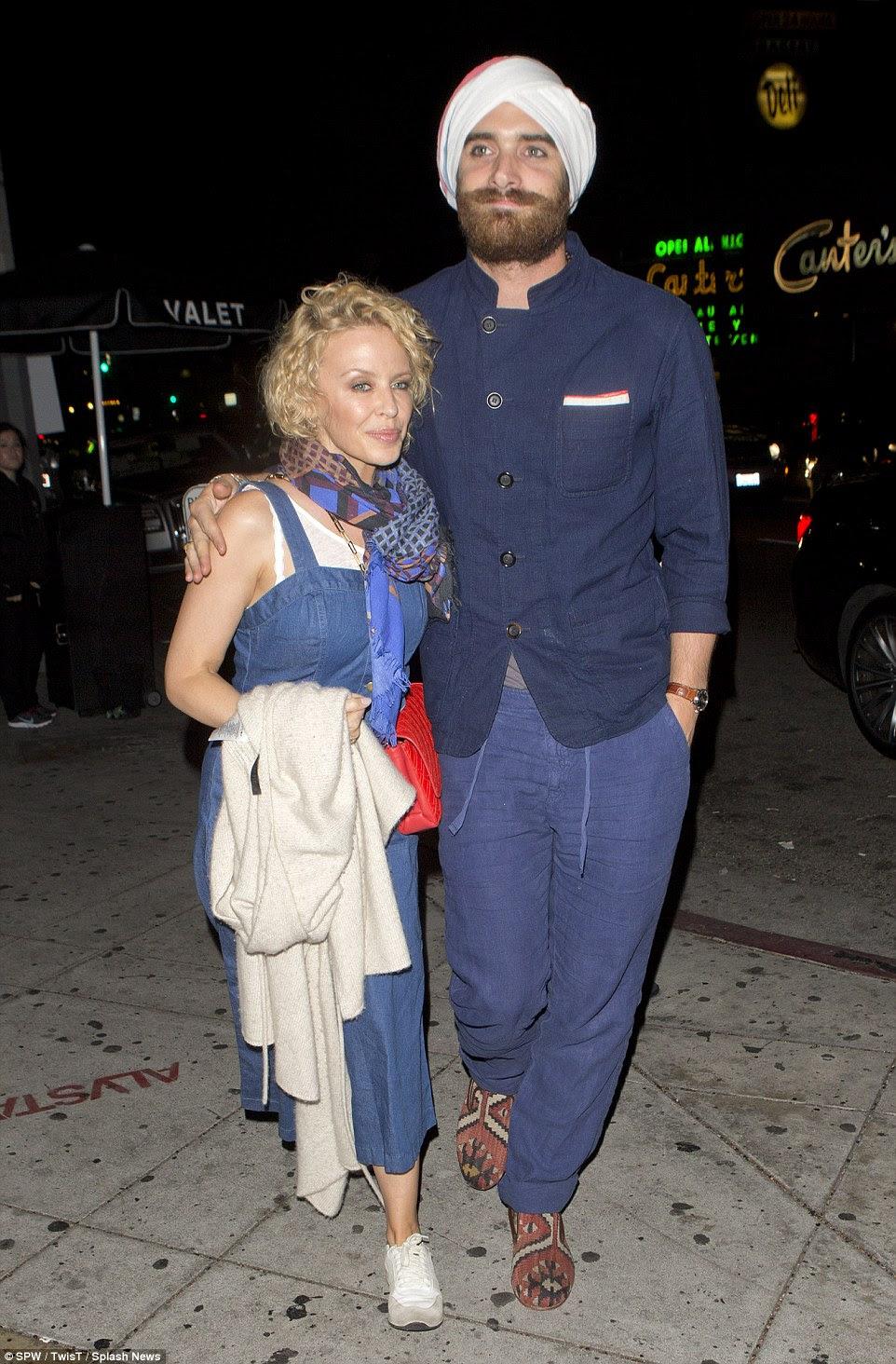 Brotamento amor: estrela pop australiana Kylie Minogue e seu noivo Joshua Sasse optou por conjuntos interessantes