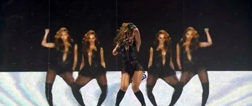 """No início de """"Baby Boy"""", Beyoncé está na frente de um fundo preto e branco (uma representação da dualidade).  Através de efeitos de vídeo, ela então """"multiplica-se""""."""