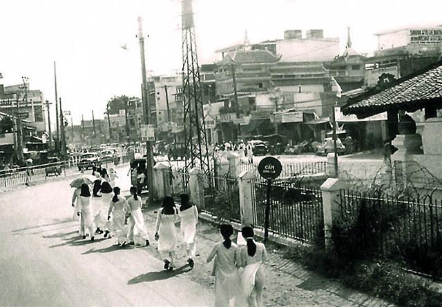 đường Võ Tánh Bên hông lăng Cha Cả (nay là Hoàng Văn Thụ)