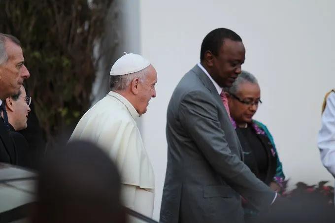 Pope Francis walks with Pres. Uhuru Kenyatta at the State House in Nairobi, Kenya on Nov. 26, 2015. Credit Martha Caldero?n/CNA