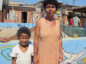 Amanda e a mãe, Maria, perderam pertences no incêndio (Foto: Letícia Macedo/G1)