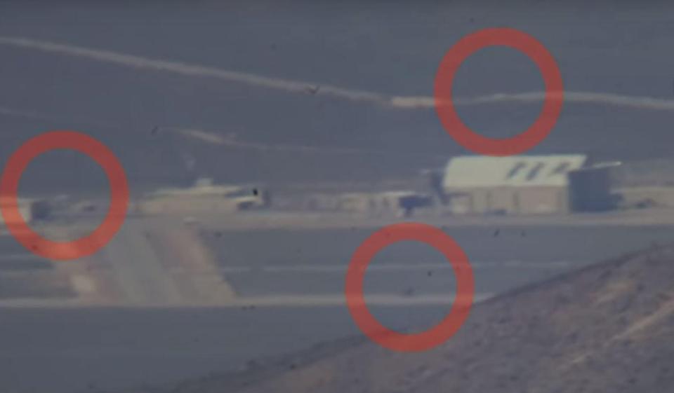 Los vehículos pueden ser vistos siendo maniobrados alrededor de la base