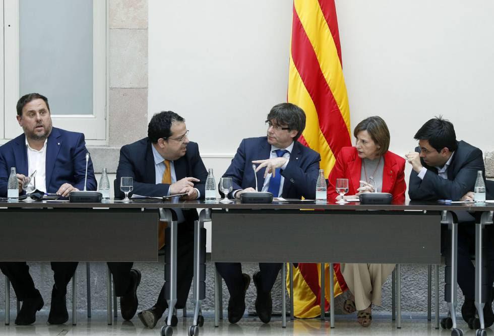 El presidente de la Generalitat, Carles Puigdemont (centro), durante la reunión del Pacto Nacional por el Referéndum celebrada ayer.