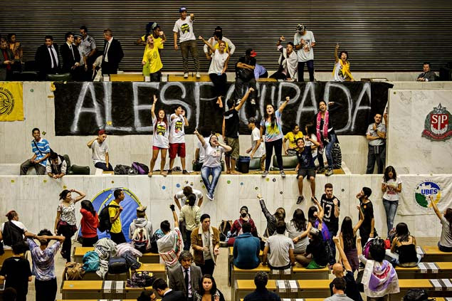 GALERIA DA SEMANA - MAIO 01 - Estudantes da rede pública de ensino invadem plenário da Assembleia Legislativa de São Paulo (Alesp), na zona sul de São Paulo (SP), onde pediram investigação de contratos superfaturados de merenda na gestão Alckmin (PSDB). (Foto: Marlene Bergamo/Folhapress)