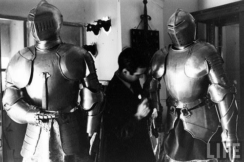 Fábrica de espadas, damasquinado y armaduras de Toledo en 1965. Fotografía de Carlo Bavagnoli. Revista Life (3)