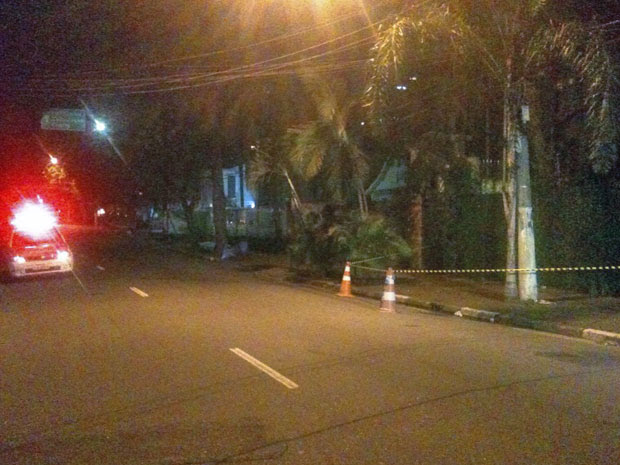 Via na Zona Oeste foi bloqueada para o tráfego na noite desta quinta-feira  (Foto: G1/G1)