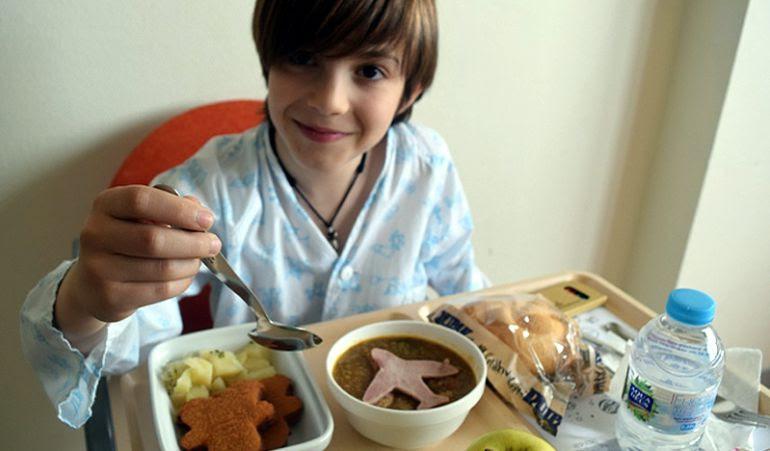 La hora de la comida se coniverte en un aliciente divertido para los niños ingresados gracias al Dr. Menú