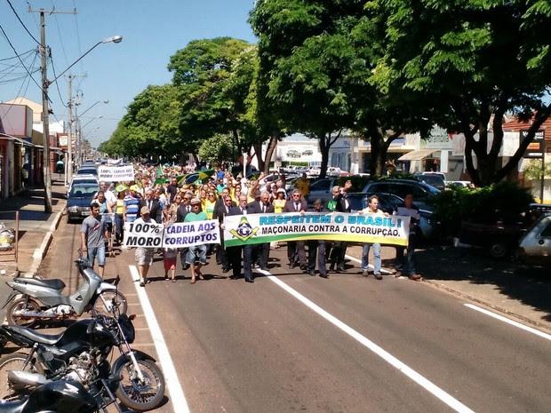 Em Nova Andradina manifestação começou às 10h (de MS) e durou pouco mais de uma hora, reunindo cerca de 500 pessoas, conforme os organizadores (Foto: Germino Roz/ NovaNews)